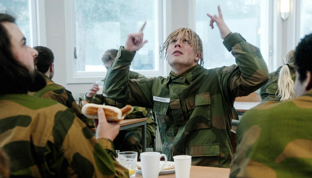 <strong>KRITISERES:</strong> Herman Flesvigs karakter Ola Halvorsen får hard medfart av en norsk rapper. Her fra en scene i «Førstegangstjenesten». Foto: NRK