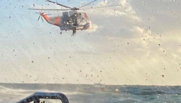 <strong>REDDET:</strong> De to personene ble reddet om bord i et Sea King-helikopter. Bortsett fra at de var litt forslått gikk det fint med dem, forteller båtfører Anders Christiansen. Foto: RS «Eivind Eckbo»