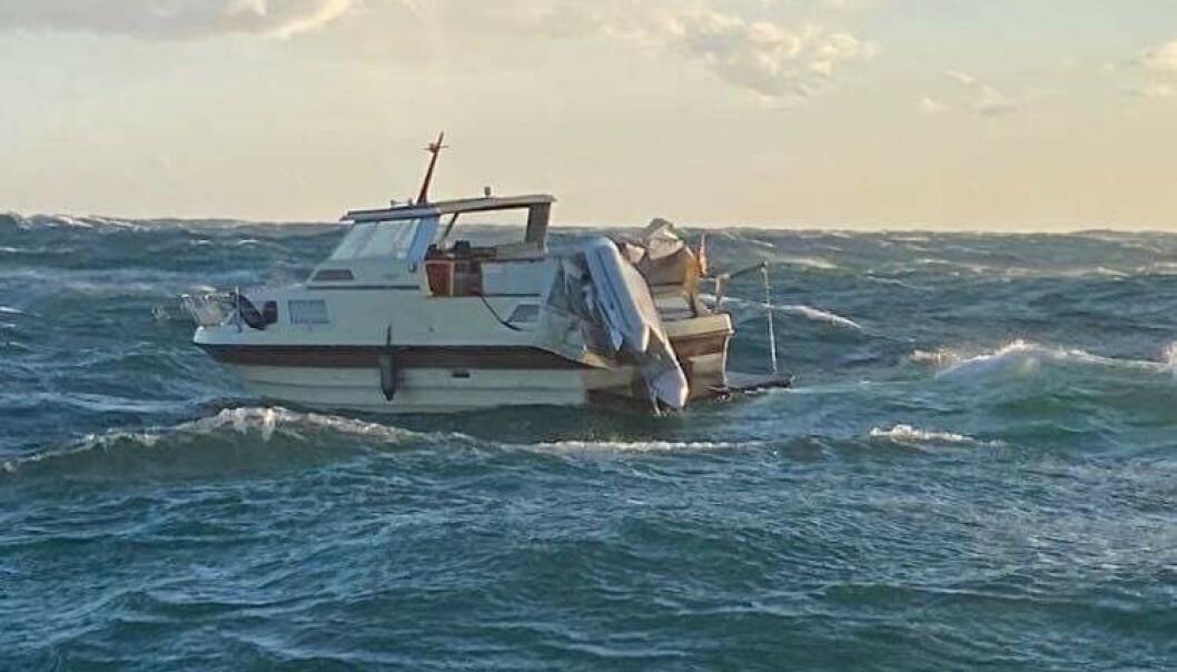 <strong>DREV MOT LAND:</strong> To personer i en cabincruiser opplevde motorstopp i svært grov sjø i Ytre Oslofjorden lørdag. Det skulle bli starten på en dramatisk redningsaksjon. Foto: RS «Eivind Eckbo»