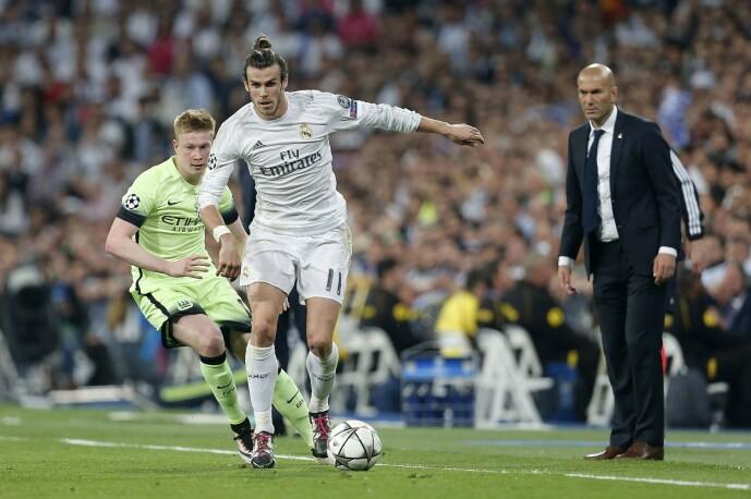 <strong>ISFRONT:</strong> Gareth Bale og Zinédine Zidane (t.h.) snakker dårlig sammen. Foto: NTB scanpix