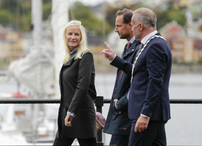<strong>PÅ TUR:</strong> Kronprinsessen og kronprinsen i Kristiansund tirsdag formiddag. Foto: Berit Roald / NTB scanpix