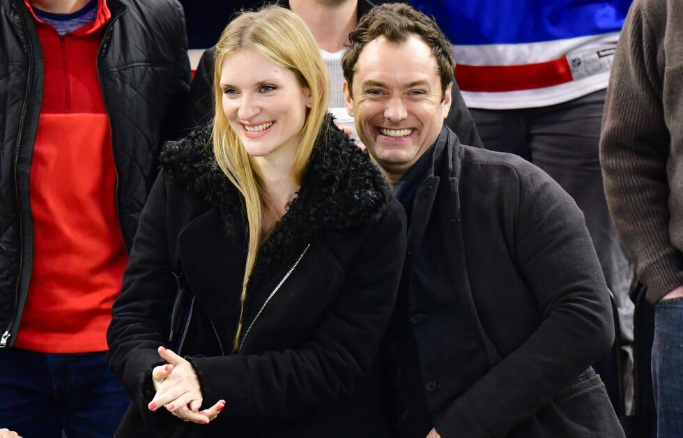 <strong>NYBAKTE FORELDRE:</strong> Jude Law og kona Phillipa Coan har blitt foreldre. Det avslører førstnevnte. Foto: NTB Scanpix