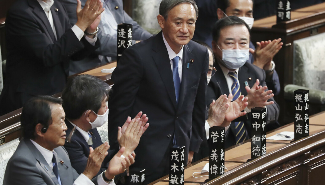 Yoshihide Suga (bildet) overtar som statsminister i Japan etter Shinzo Abe. Foto: AP / NTB scanpix