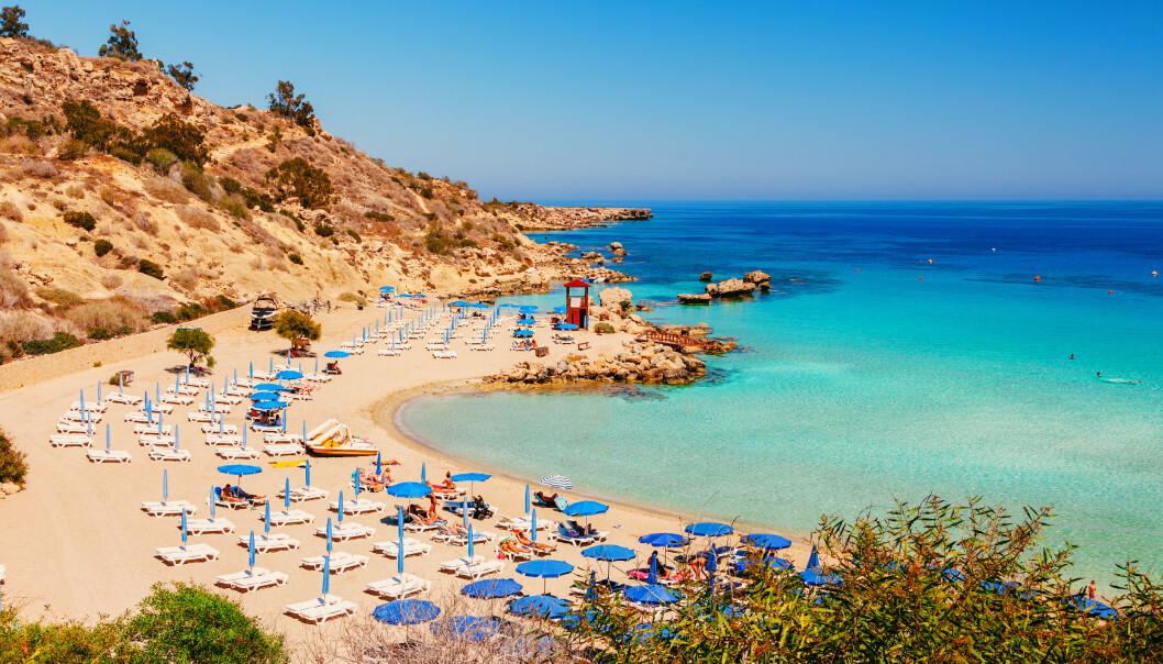 <strong>AYIA NAPA:</strong> Kypros er gult og ønsker nordmenn velkommen. Utfordringen er å komme seg dit. Foto: Shutterstock/NTB