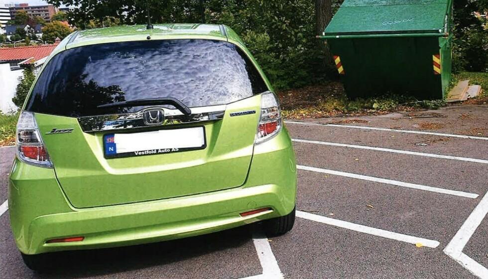 <strong>FOR MYE OVER:</strong> Trang plass på parkeringsplassen førte til at Turid Seljestad valgte å parkere på denne måten. Det kostet henne dyrt, selv om plassene er gratis å bruke. Foto: Tønsberg Parkering