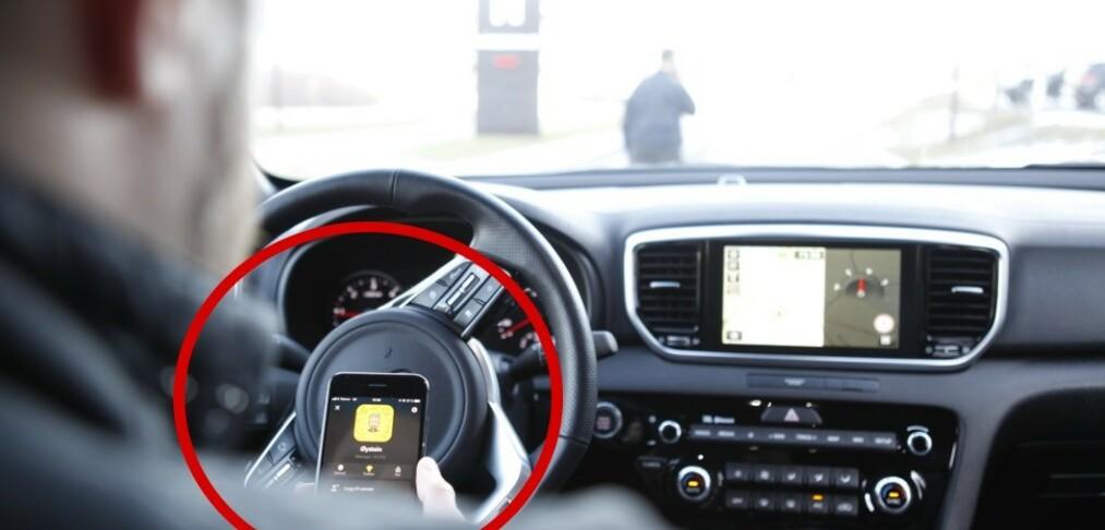 Høyesterett skal avgjøre om mobiltitting ved rødt lys er lovlig