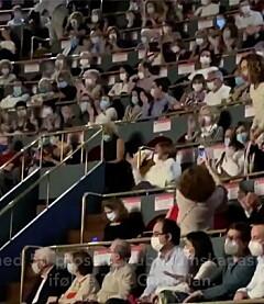 Image: Her ser publikum rødt