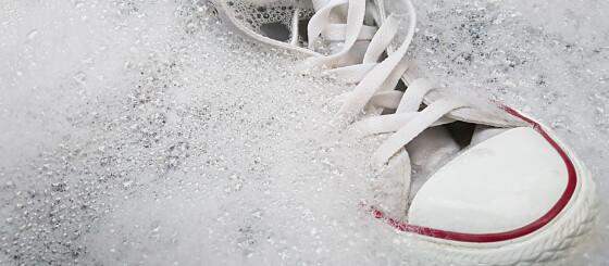 Image: Triksene som fjerner flekker på hvite joggesko
