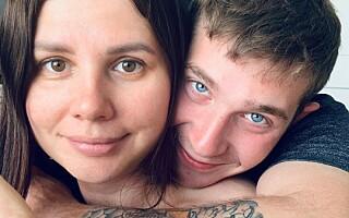 Image: Han var stesønnen hennes i ti år. Nå er de gift og venter barn