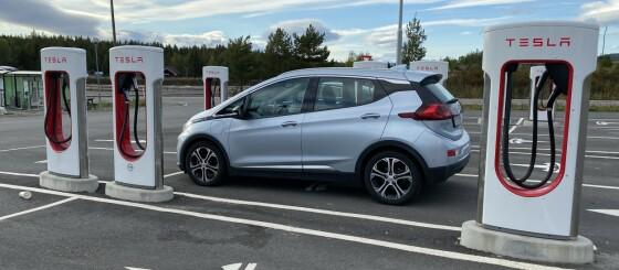 Image: Andre biler lader gratis på Tesla-laderne