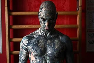 Image: Mistet barnehagejobb på grunn av tatoveringene