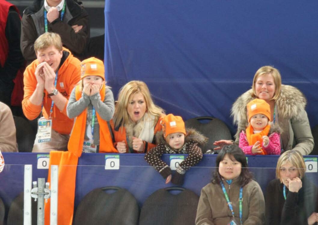 SPENNENDE: Den nederlandske kongefamilien representert ved prins Willem-Alexander von Oranien-Nassau (t.v.) og kona Máxima Zorreguieta (t.h.) får med seg 5000 meter skøyter for menn. Foto: STELLA PICTURES