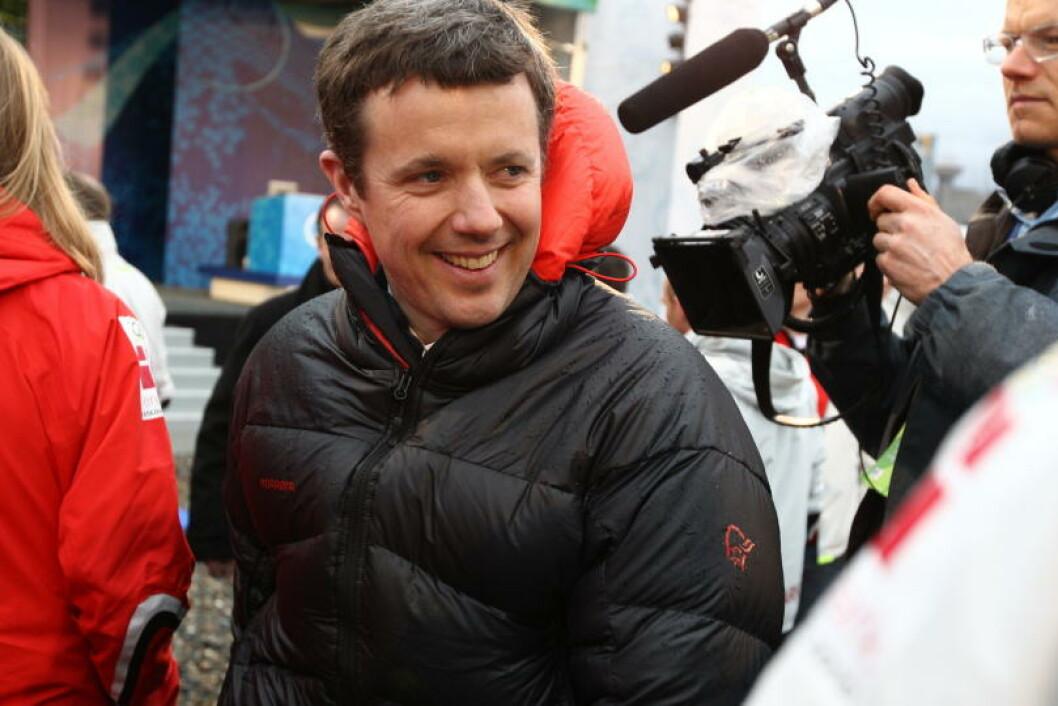 STØTTER UNDERSÅTTENE SINE: Danmarks kronprins Fredrik på vei for å møte de danske OL-deltakerne. Foto: STELLA PICTURES