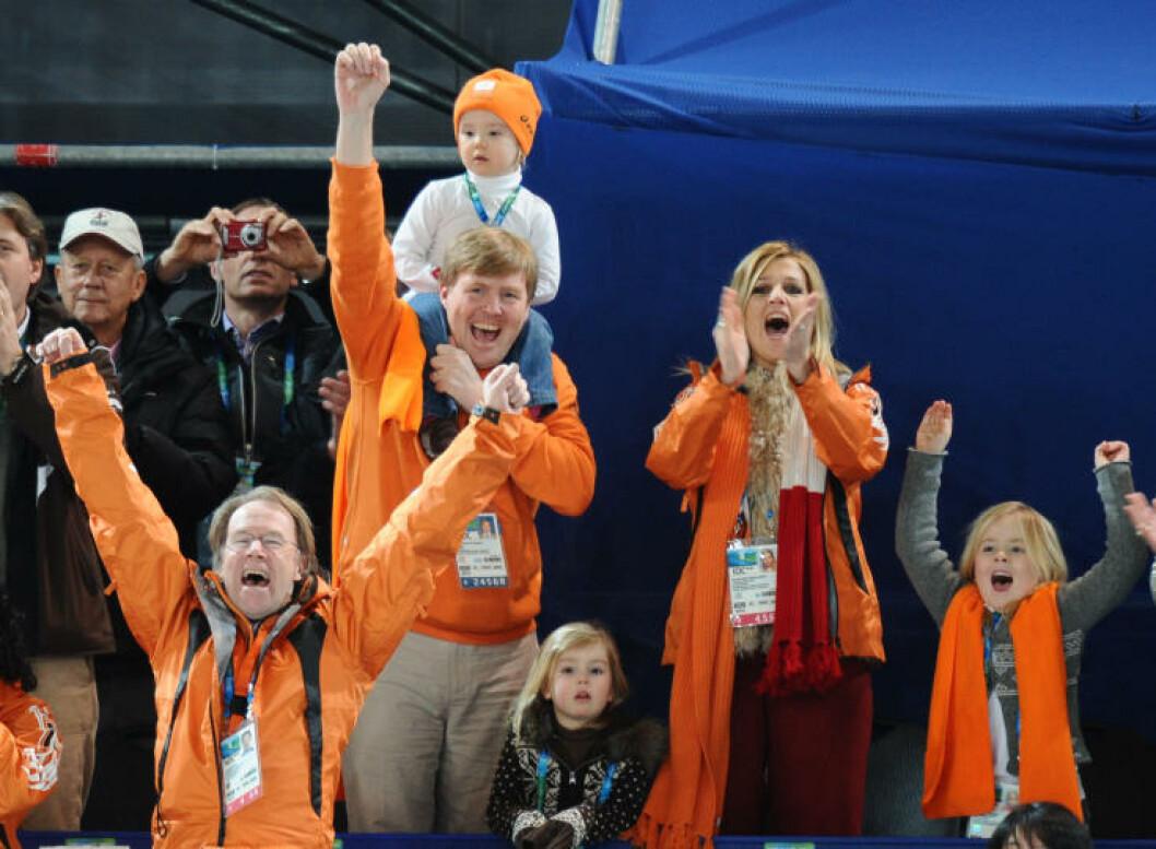 JUBLET FOR SIN LANDSMANN: Prins Willem-Alexander (42), prinsesse Maxima (38) døtrene deres Amalia (6), Alexia (4) og Ariane (2). Foto: STELLA PICTURES