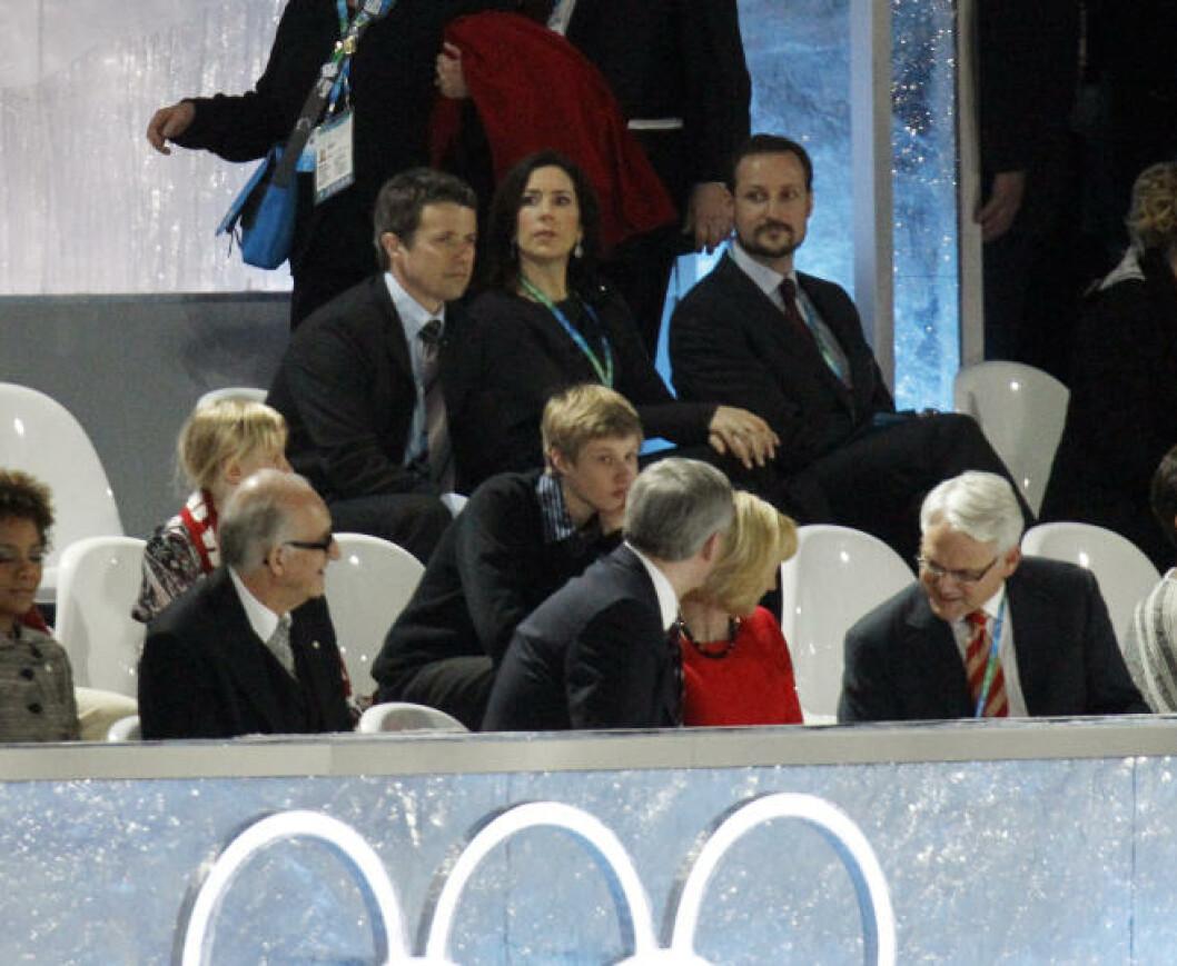 UTEN METTE-MARIT: Kronprins Haakon (bak t.h.), kronprinsesse Mary og kronprins Fredrik under åpningsseremonien. Kronprinsesse Mette-Marit er sykmeldt, og ble derfor ikke med til Vancouver. Foto: Scanpix