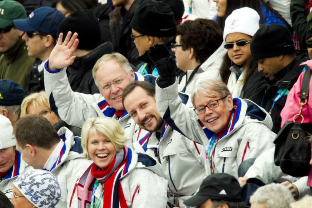 KOSTE SEG PÅ HOPPTRIBUNEN: Fra venstre: Skipresident Sverre Seeberg, kronprins Haakon og idrettspresident Tove Paule i aksjon under første omgang i hopp normal bakke i Whistler Olympic Park under OL i Vancouver 2010 lørdag. Foto: Scanpix
