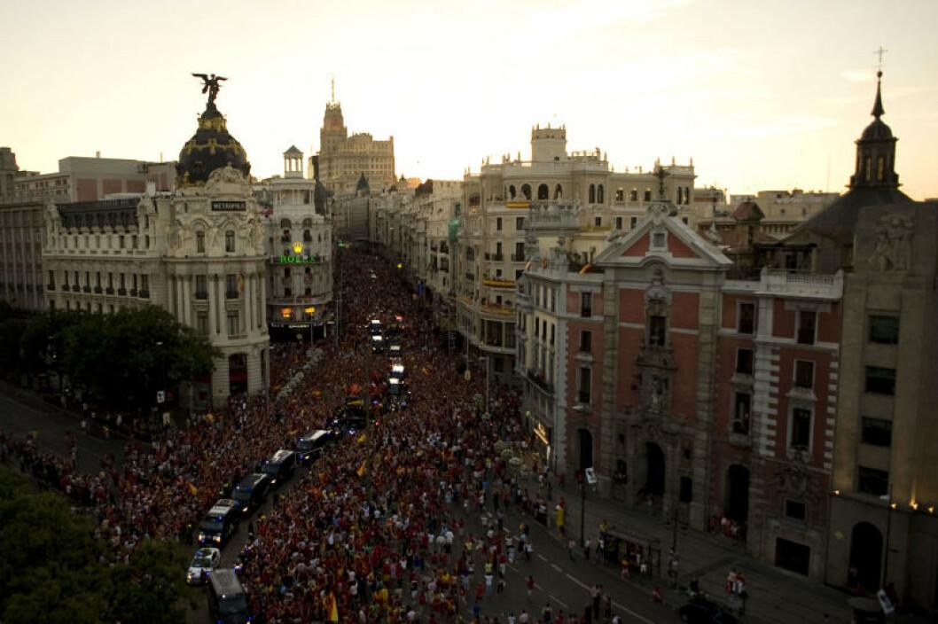 <strong>BLE HYLLET I GATENE:</strong> Hundretusener  av spanjoler var møtt fram da VM-vinnerne kjørte gjennom Madrids gater dagen etter 1-0-seieren mot Nederland. Foto:  AFP PHOTO/JORGE GUERRERO