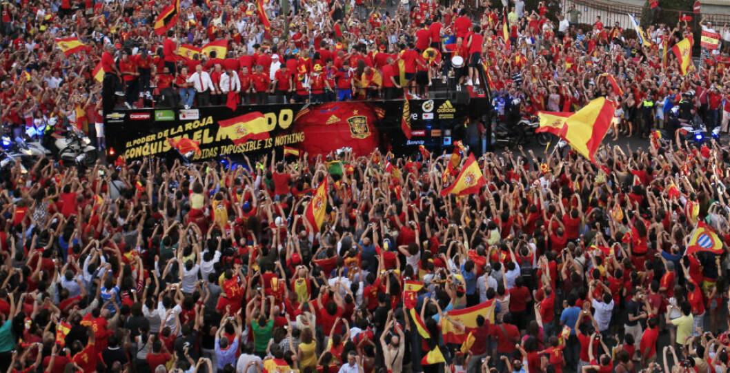 <strong>BLE HYLLET I GATENE:</strong> Hundretusener  av spanjoler var møtt fram da VM-vinnerne kjørte gjennom Madrids gater dagen etter 1-0-seieren mot Nederland. Foto:  REUTERS/Marcelo Del Pozo