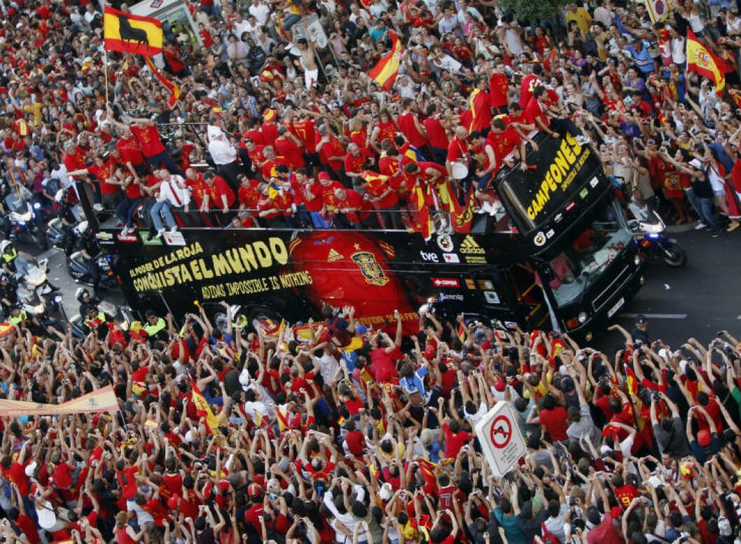 <strong>BLE HYLLET I GATENE:</strong> Hundretusener  av spanjoler var møtt fram da VM-vinnerne kjørte gjennom Madrids gater dagen etter 1-0-seieren mot Nederland. Foto: REUTERS/Sergio Perez