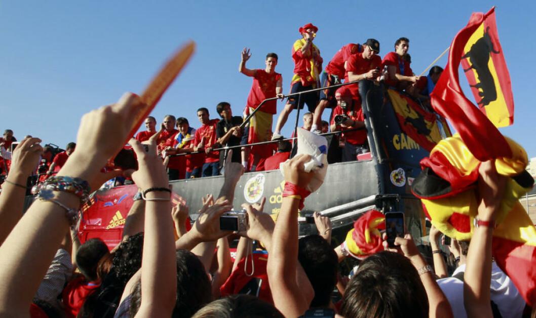<strong>BLE HYLLET I GATENE:</strong> Hundretusener  av spanjoler var møtt fram da VM-vinnerne kjørte gjennom Madrids gater dagen etter 1-0-seieren mot Nederland. Foto: REUTERS/Andrea Comas