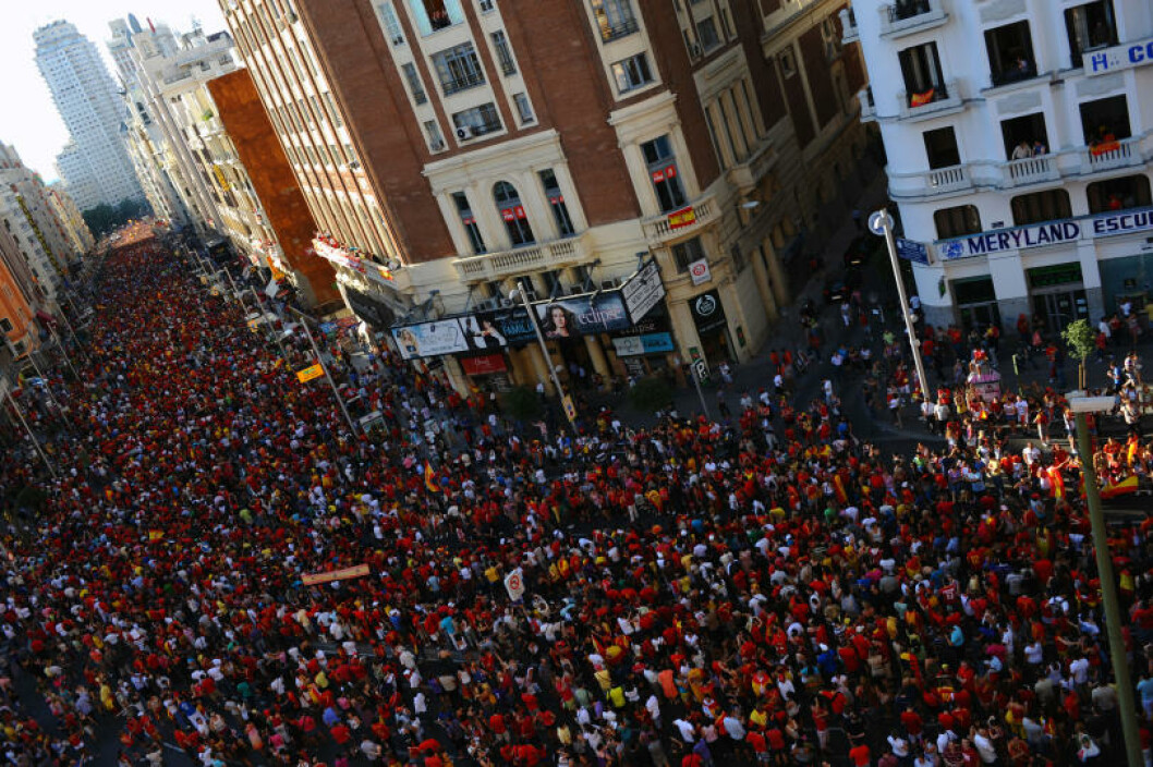 <strong>BLE HYLLET I GATENE:</strong> Hundretusener  av spanjoler var møtt fram da VM-vinnerne kjørte gjennom Madrids gater dagen etter 1-0-seieren mot Nederland. Foto:   AFP PHOTO/LLUIS GENE