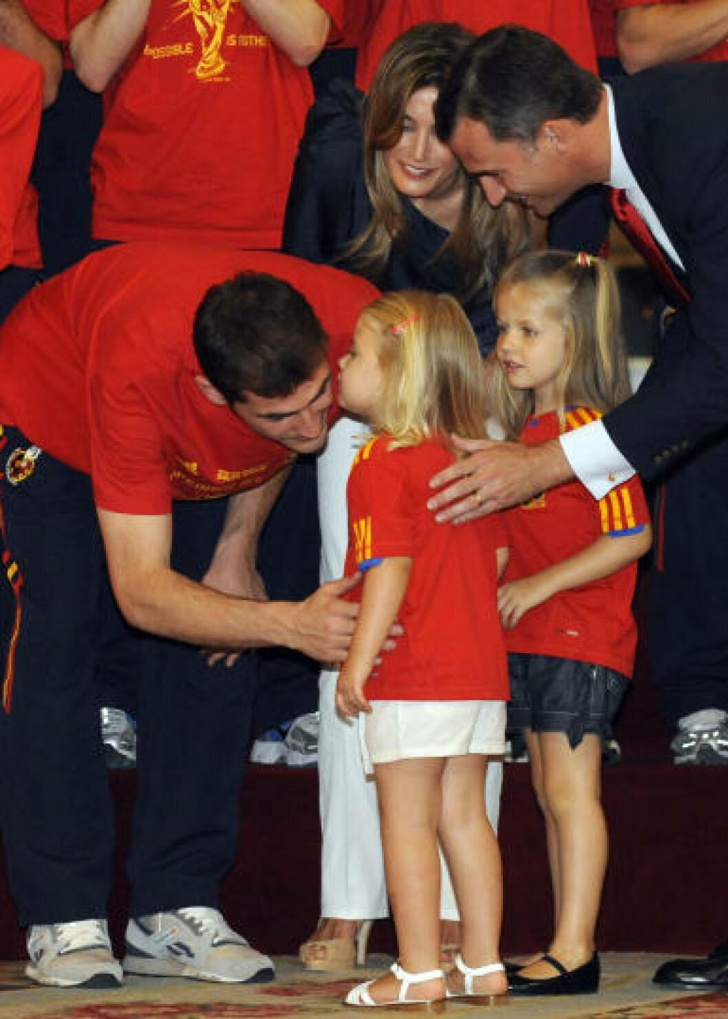 <strong>MØTTE KRONPRINSBARNA:</strong> Iker Casillas får en klem av døtrene til prins Felipe og prinsesse Letizia, Sofia (til venstre) og Leonor (til høyre). Foto:  AFP PHOTO / DOMINIQUE FAGET