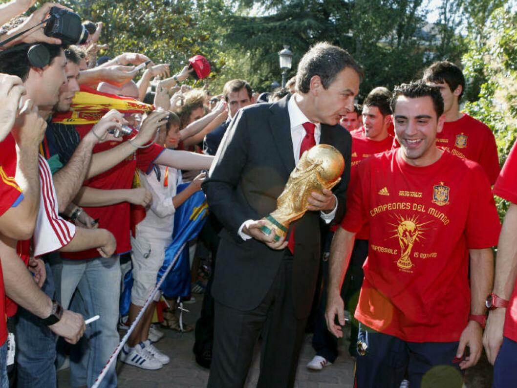 <strong>SOLTE SEG I GLANSEN:</strong> Spanias statsminister Jose Luis Rodriguez Zapatero. Her i samtale med Xavi.  Foto:    REUTERS/Angel Diaz/Pool