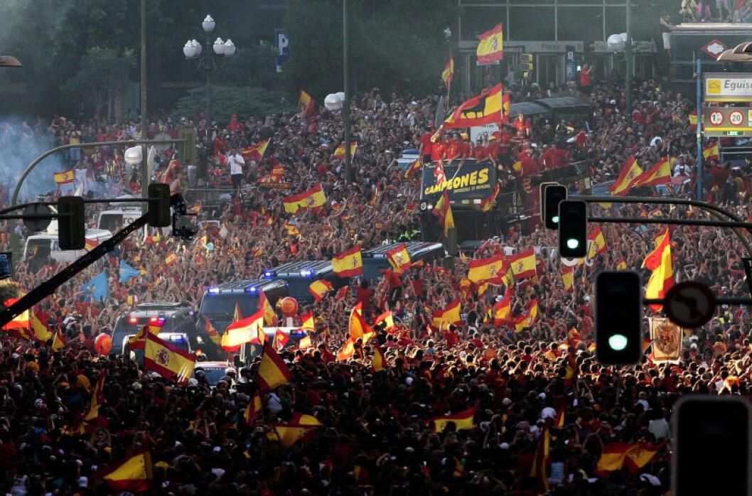 <strong>BLE HYLLET I GATENE:</strong> Hundretusener  av spanjoler var møtt fram da VM-vinnerne kjørte gjennom Madrids gater dagen etter 1-0-seieren mot Nederland. Foto: AP Photo/Arturo Rodriguez