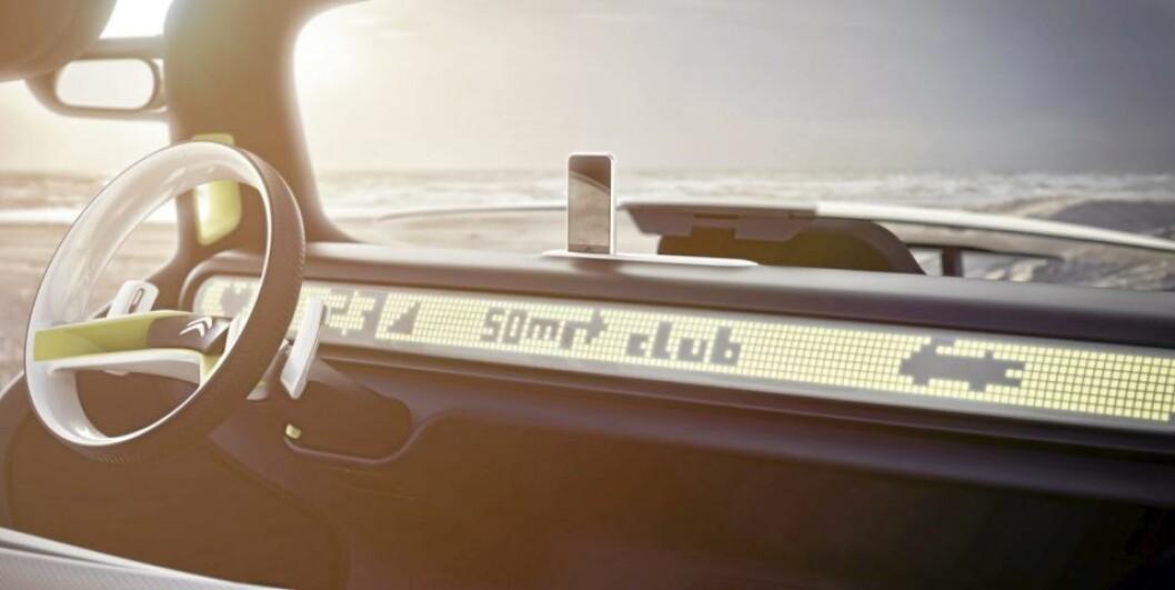 <strong>COMPUTERTENNIS:</strong> Dashbordet er high tech, men minner om tennisspillene på gamle computere. Dockingstasjon for iPhone/iPod hører selvsagt med. Foto: Citroën