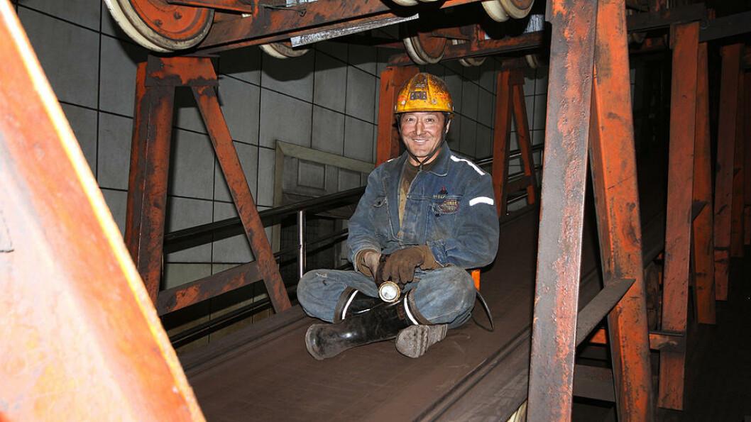 NED I DYPET: Dette transportbåndet tar gruvearbeiderne dypt ned i gruva. Kang Mi Zhu (43) er klar for en ny økt på åtte timer i gruva. Foto: Kristoffer Egeberg