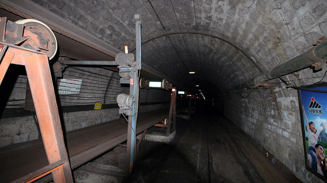 HUSK FAMILIEN: Mens transportbåndet fører gruvearbeiderne ned i dypet, forteller skilt og lysplakater at familiene venter på overflaten, så det er best å være forsiktig. Foto: Kristoffer Egeberg