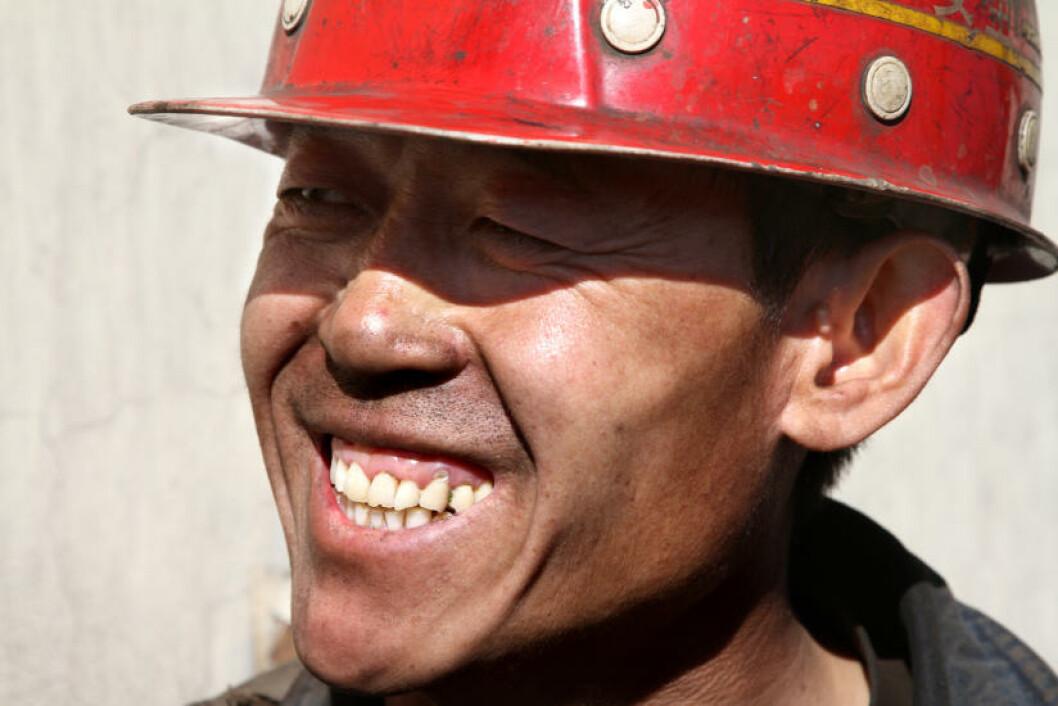 MÅ IKKE SKJE: Akkurat som sin far er også Ren Guozhong (40) (t.h) gruvearbeider. Han er fast bestemt på at sønnen (14) skal få et annet liv. Foto: Kristoffer Egeberg