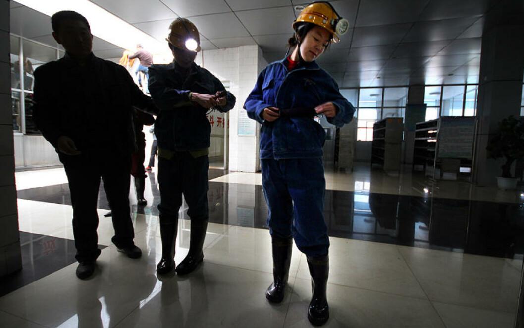LUFT TIL ALLE: Iført hjelm. spesialklær og oksygenmaske med nok surstoff til en halvtime, ble Dagbladets reportere med ned i gruva. Foto: Kristoffer Egeberg