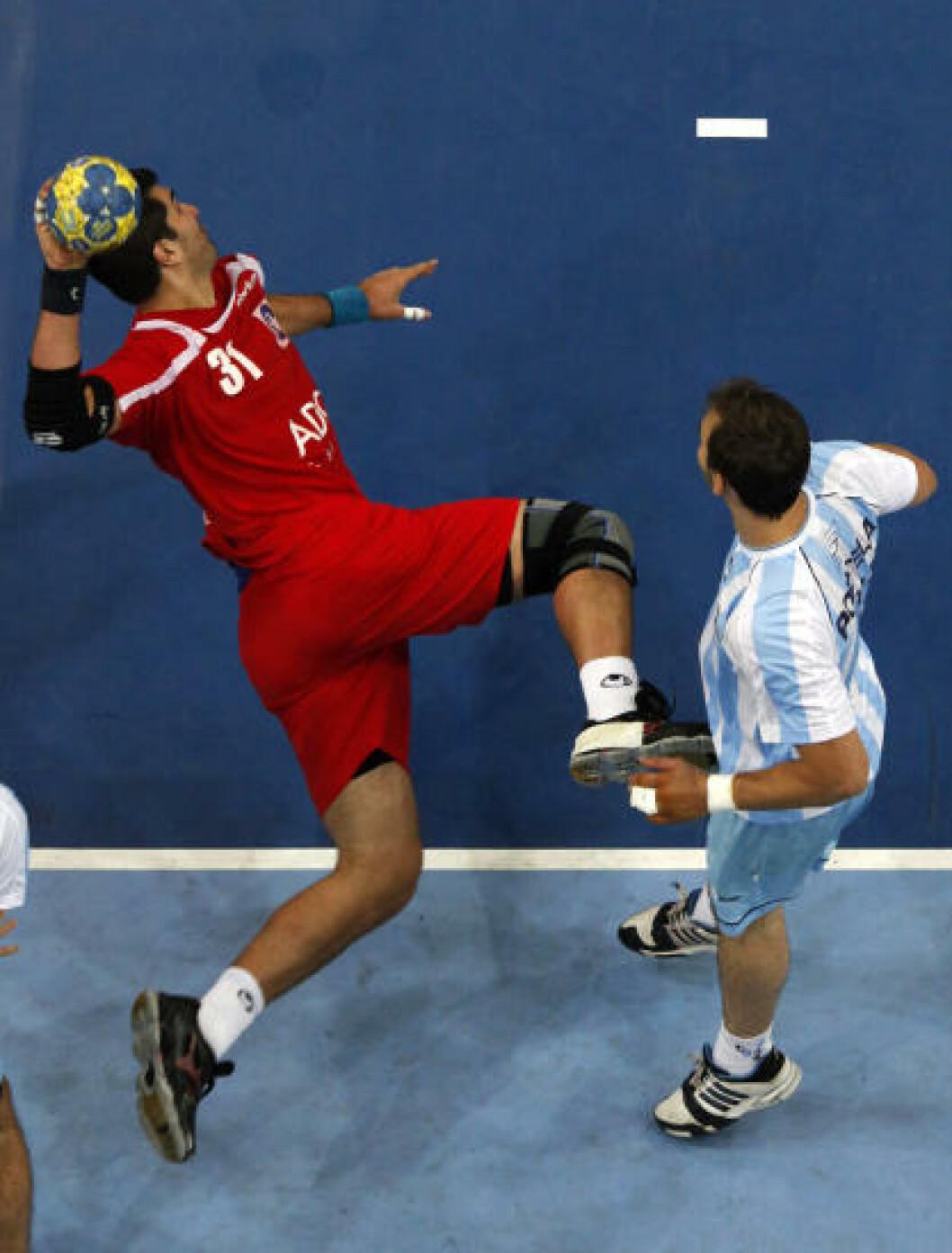 Marco Zuniga fra Chile mot Argentina. Foto:         REUTERS/Umit Bektas