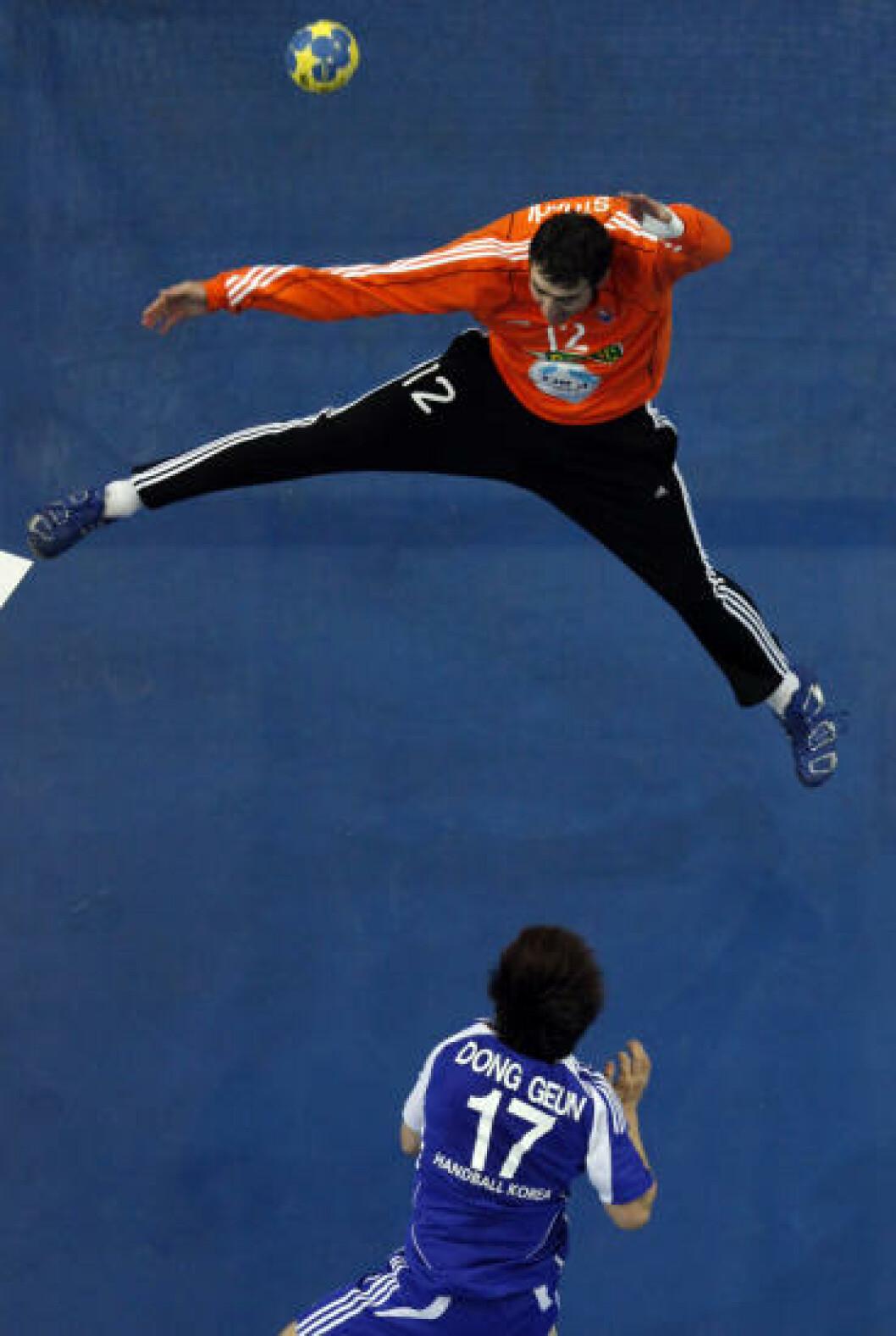Koreas Yu Dong Geun scorer mot Slovakia. Foto: REUTERS/Umit Bektas