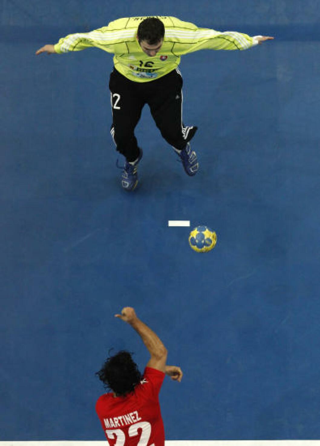 Chiles Patricio Chavez prøver seg mot Slovakia-keeper Richard Stochl. Foto: REUTERS/Umit Bektas