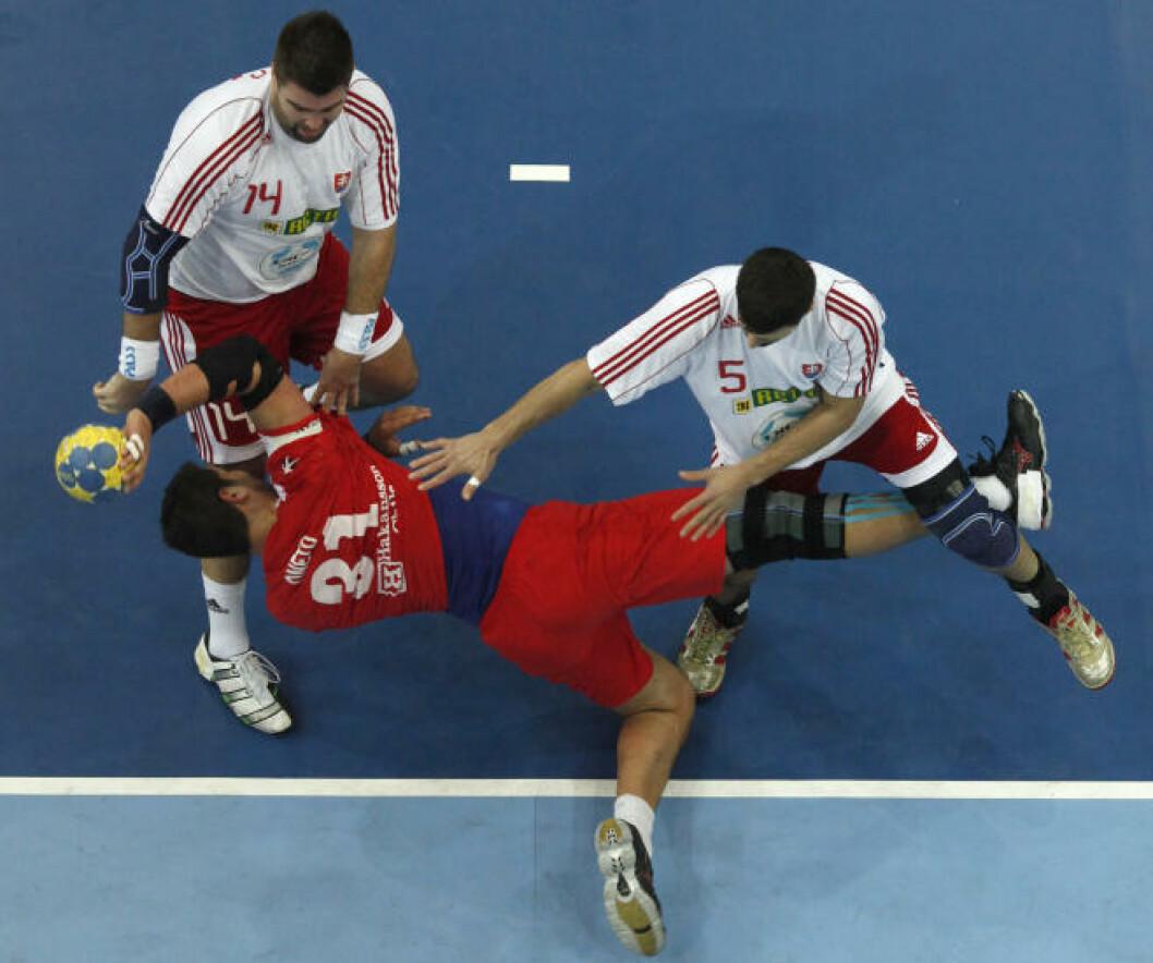 Chiles Marco Zuniga i vater mot Slovakia. Foto: REUTERS/Umit Bektas
