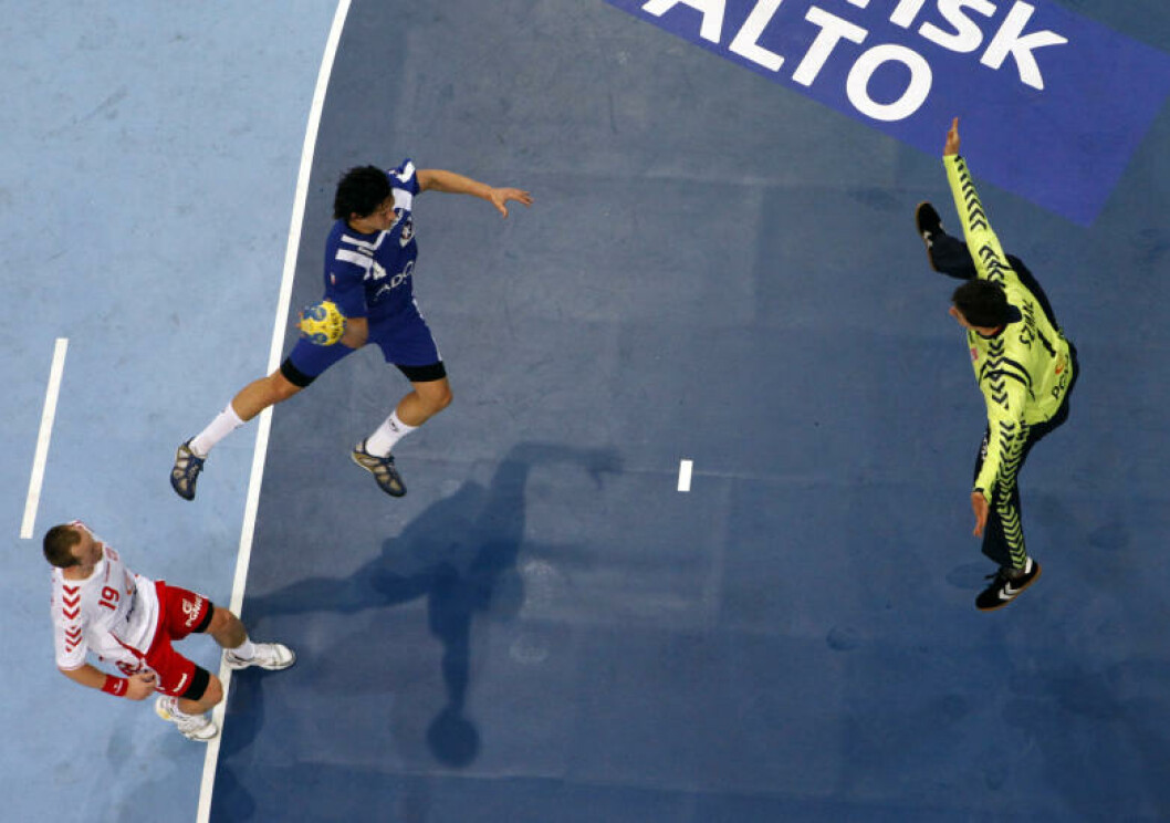 Chiles Erwin Perez prøver seg mot Polen. Foto: REUTERS/Umit Bektas