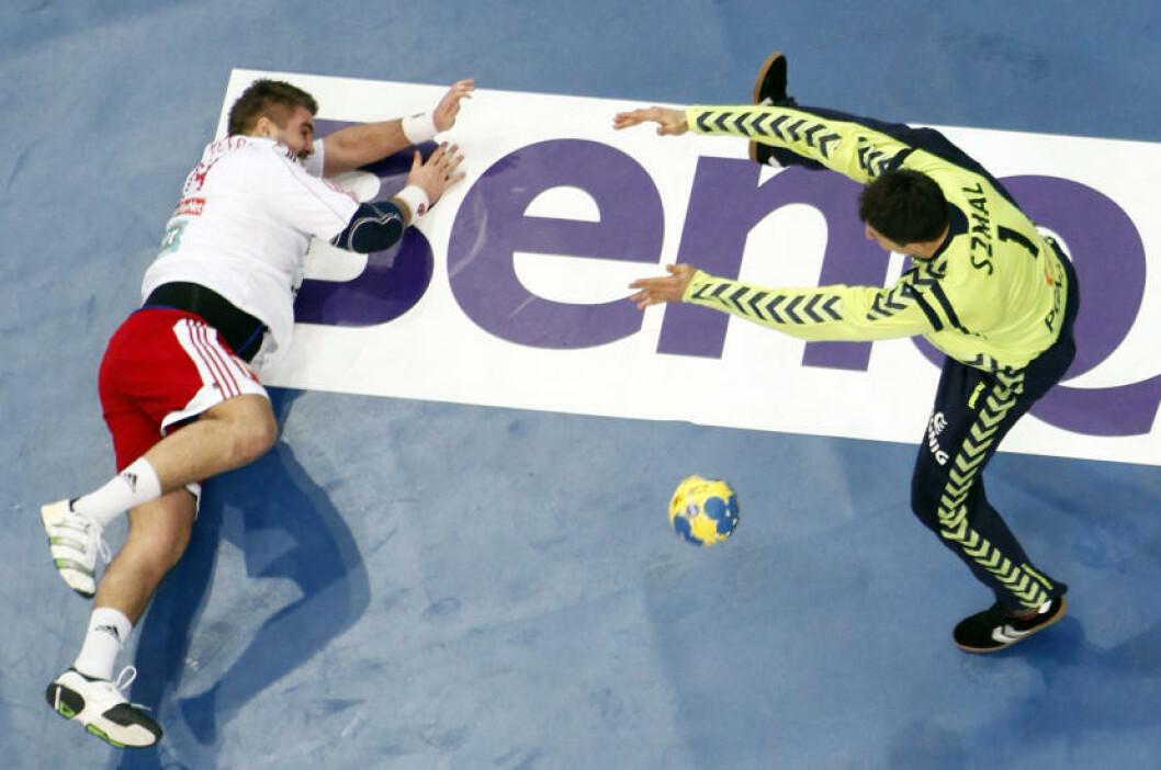 Slovakias Andrej Petro misbruker en sjanse mot polske Stawromir Szmal. Foto: REUTERS/Umit Bektas