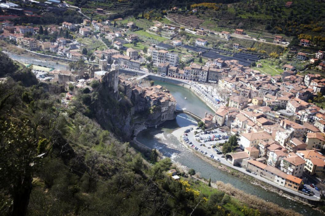 TODELT: Elva Nervia deler Dolceacqua i en gammel og ny bydel. Øverst i den gamle bydelen troner slottet Doria, bygd på 1200-tallet for å ha kontroll over området.