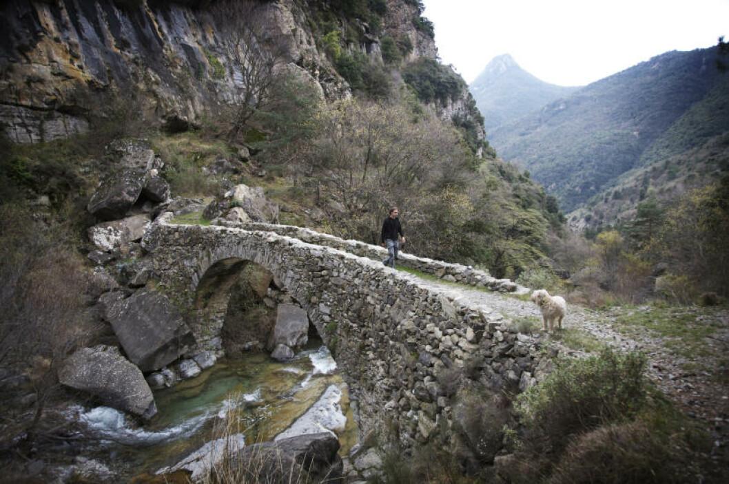 HØY STANDARD: Italienerne kan virkelig bygge med stein. De gamle turstiene i fjellene har sirlig oppbygde partier, og skal man krysse ei elv, gjør man det på et mesterverk av ei bru.