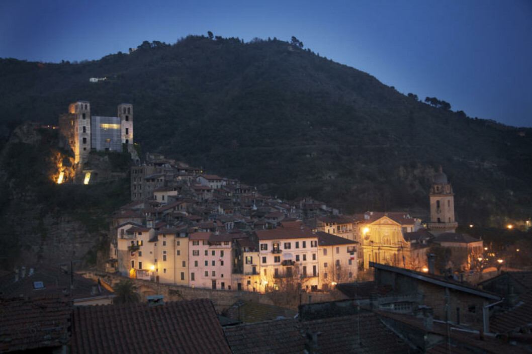 DEN BLÅ TIMEN: Doriaslottet på høyden er ett av de best bevarte slottene i Italia. Det  ble lagt i ruiner av jordskjelv så seint som i 1887, og restaurering pågår kontinuerlig.