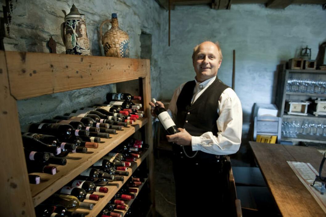 <strong>VINKJELLEREN:</strong> Stig S.Grytting viser fram litt av vinkjelleren. Foto: John T. Pedersen/Dagbladet