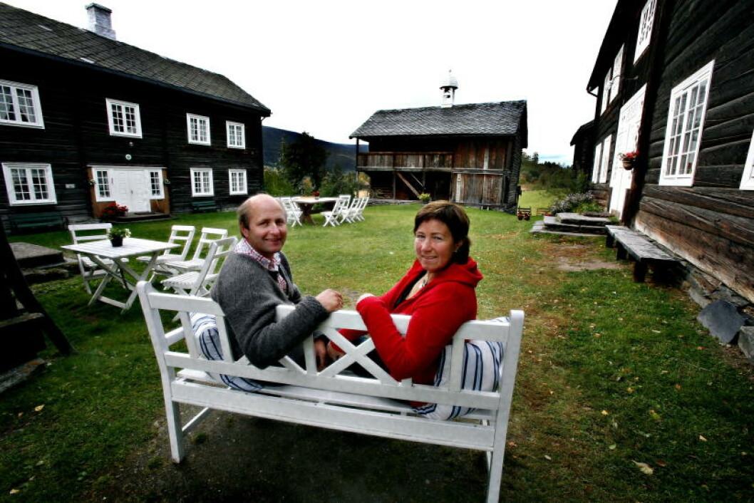 <strong>VERTSKAP:</strong> Stig S. Grytting og Hilde Nustad Grytting på gardstunet. Foto: Odd Roar Lange / Dagbladet