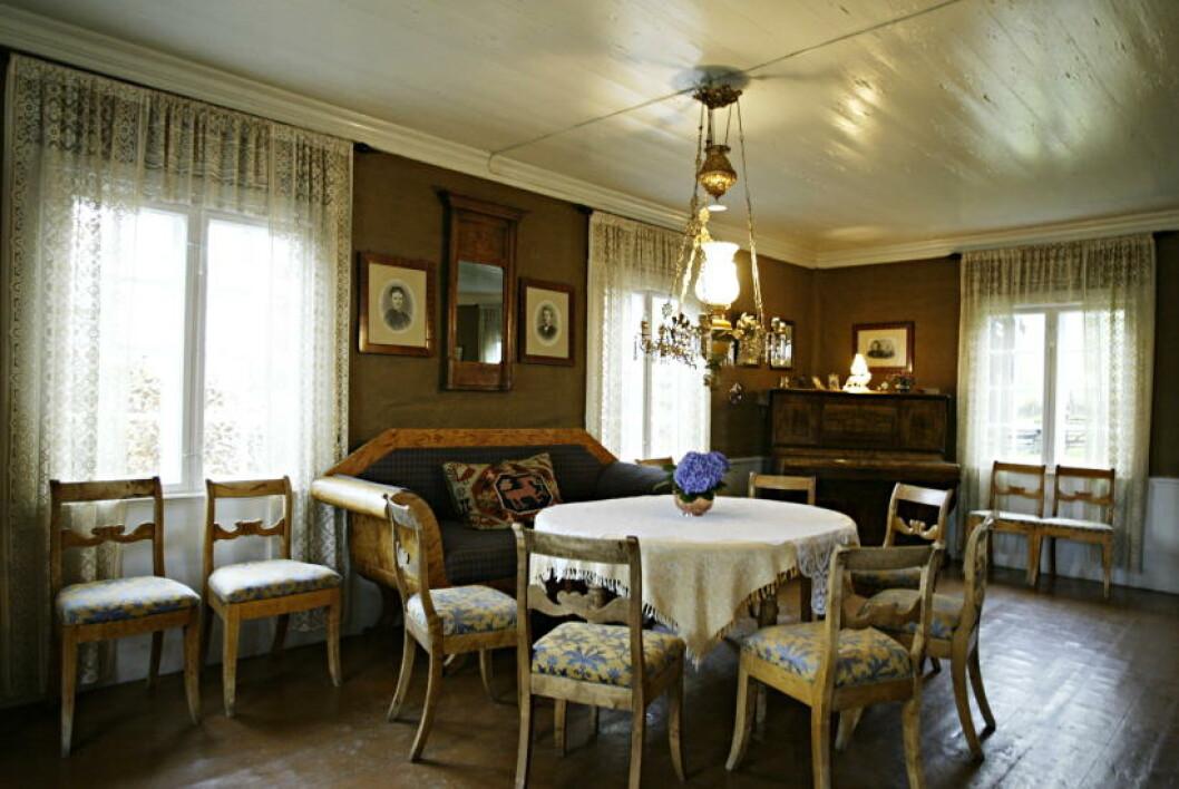 <strong>STORSTUA:</strong> I herregårdsstil med dekorasjonsmaling.  Foto: Torbjørn Grønning/Dagbladet