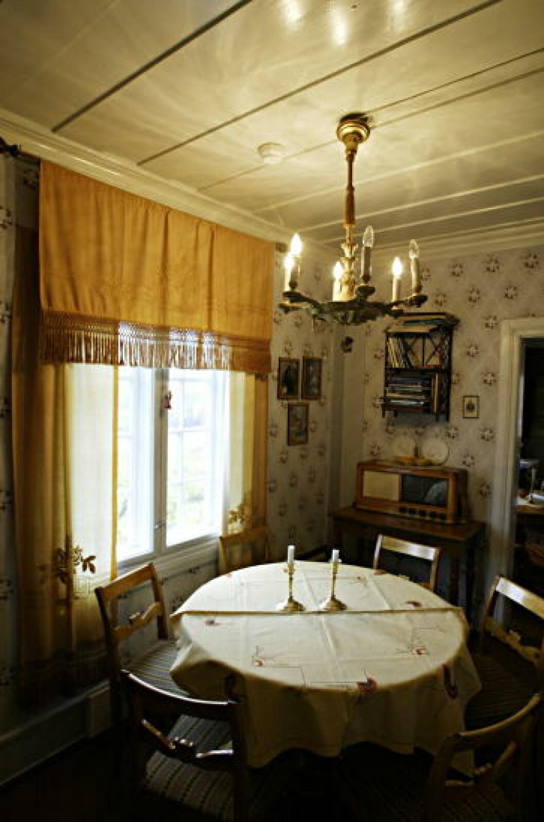 <strong>HERSKAPELIG:</strong> Midtkammerset i Nedrebygninen er fra 1850. Foto: Torbjørn Grønning/Dagbladet