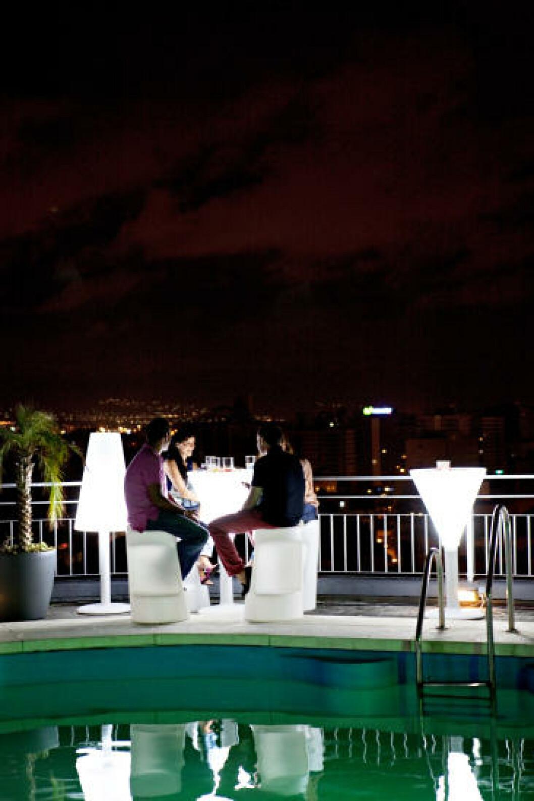 GLAMFAKTOR: Baren på taket av hotell AC byr på fantastisk utsikt og drinker du har råd til. Foto: NINA HANSEN