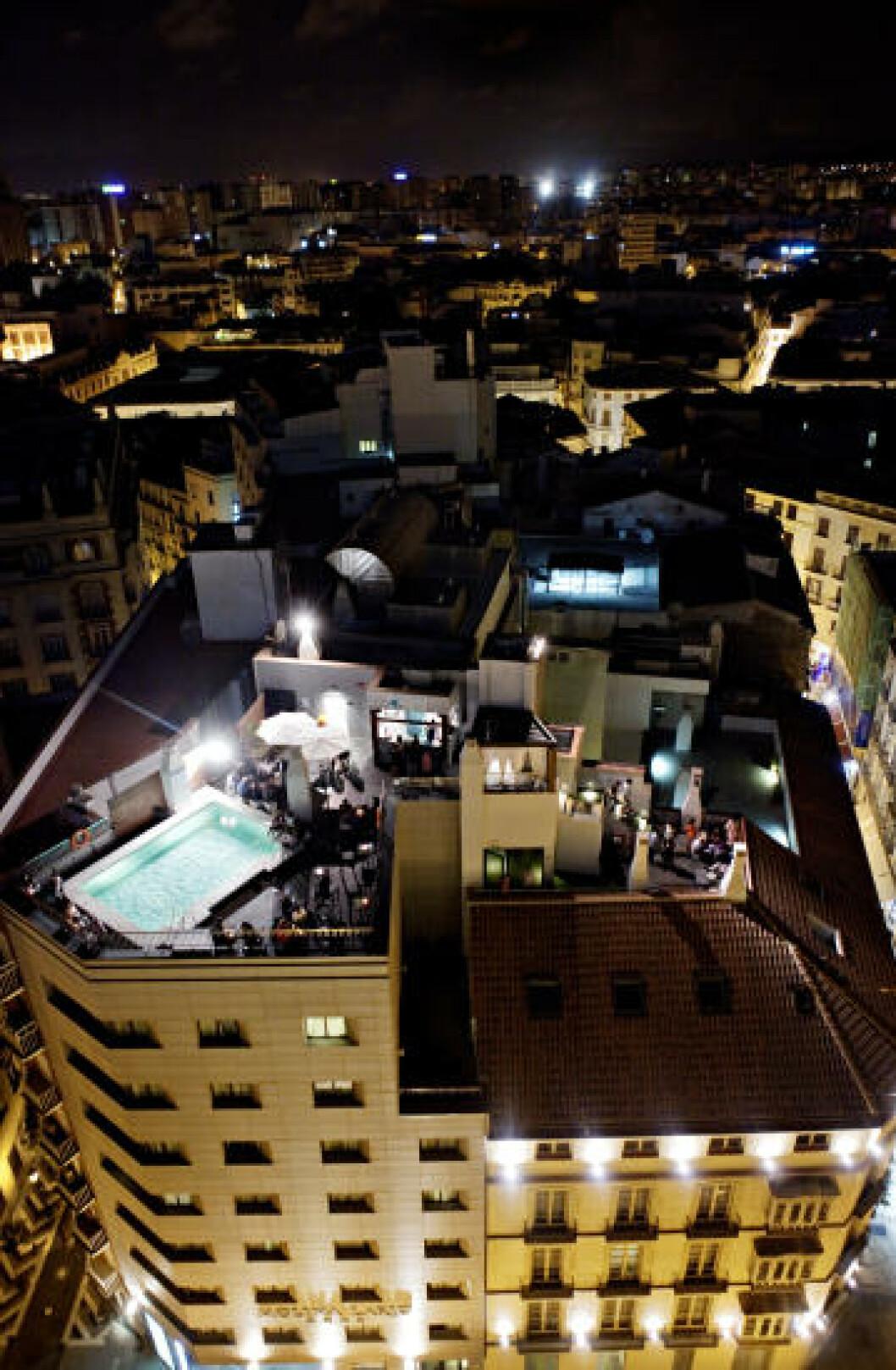 UTSIKT: Mange hoteller har takterrasser med bar og basseng. Her Hotel Molina de Lario. Foto: NINA HANSEN