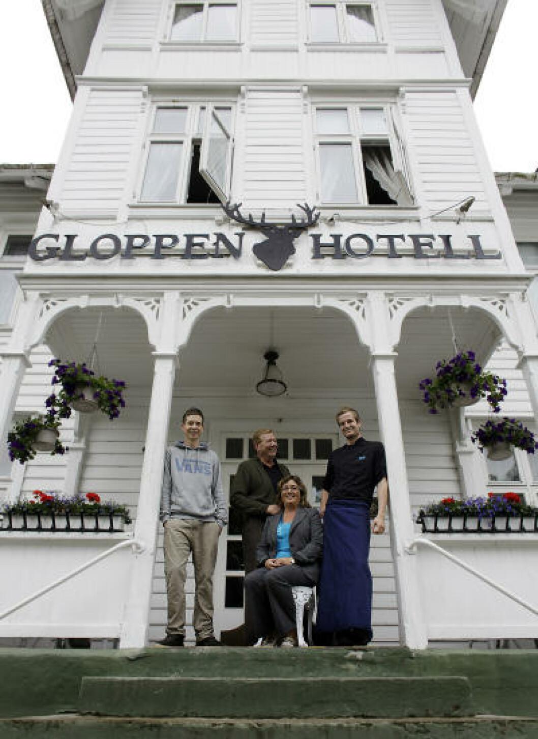 <strong>FAMILIEN:</strong> Gloppen hotel eies og drives av familien Moen. Fra venstre Dag Håkon (16), far Dag, mor Irene og Preben (20). Foto: OLE C. H. THOMASSEN