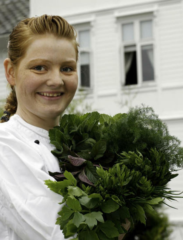<strong>URTER:</strong> Kjøkkensjef Bodil Fjellestad bruker mye urter, og de er av den lokale sorten. Foto: OLE C. H. THOMASSEN